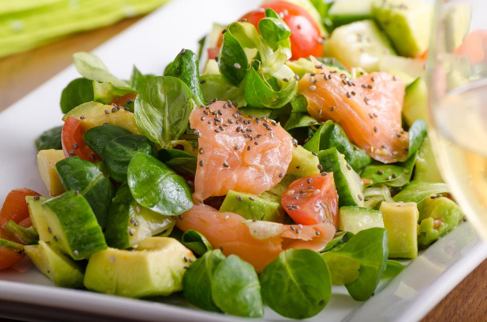 Зеленый салат с семгой фото