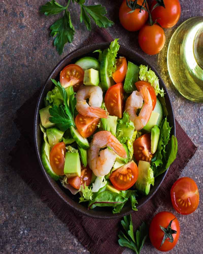Салат с креветками, огурцами и авокадо рецепт