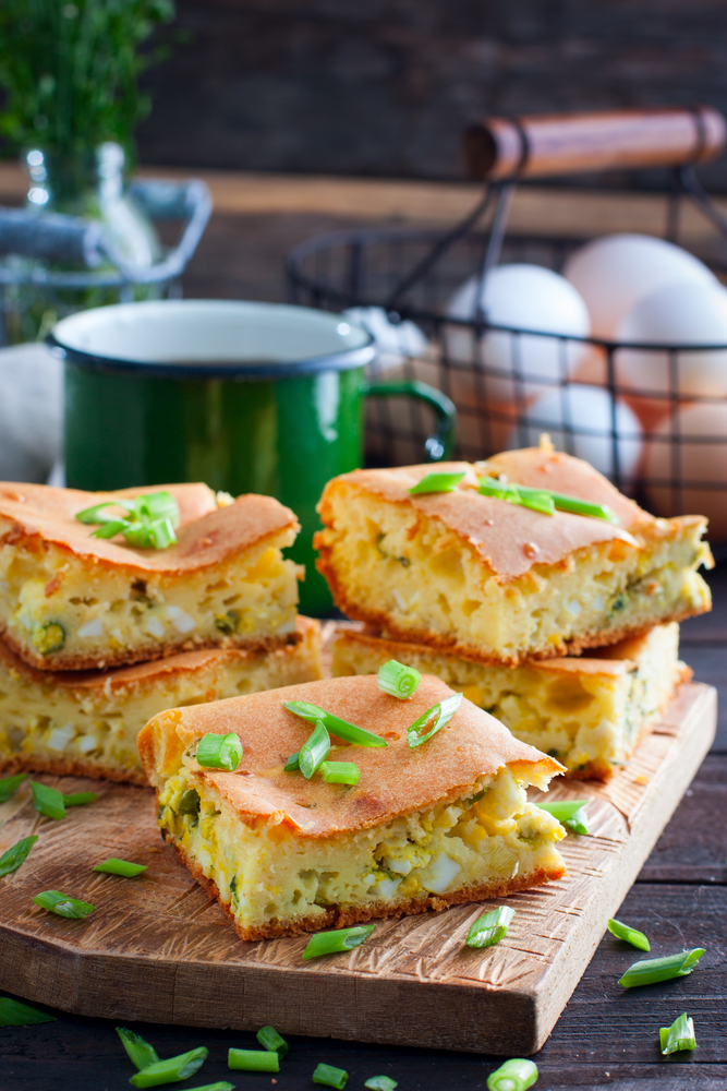 Заливной пирог с луком и яйцом фото