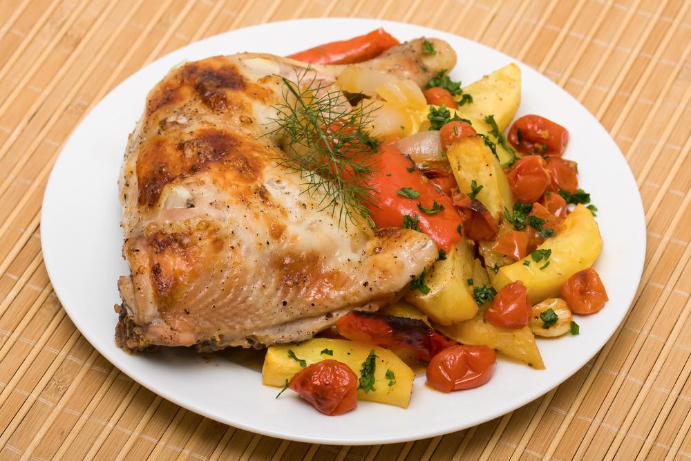 Фаршированная курица с картофелем и помидорами фото