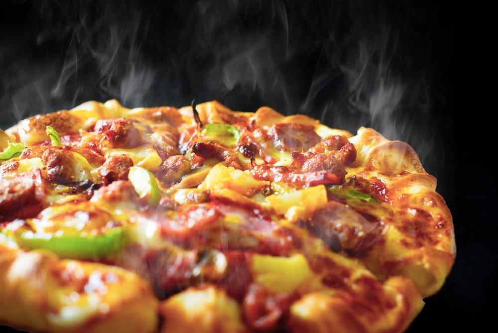 Пицца с копченой колбасой и сосисками фото