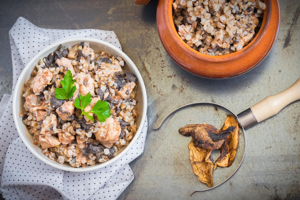 Гречка в горшочке с мясом и грибами фото