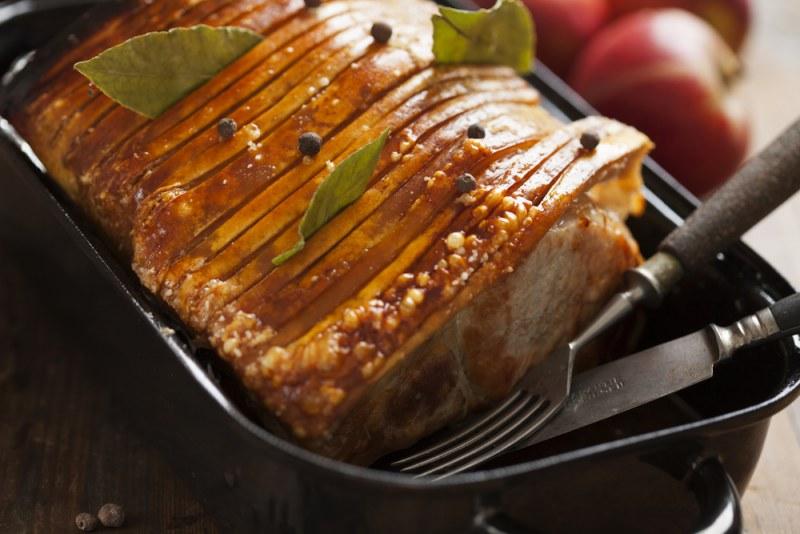Свинина запеченная в духовке - топ 10 рецептов. Как приготовить мясо в духовке чтобы оно было мягким и сочным?