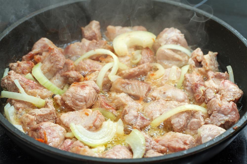 Свинина на сковороде с луком фото