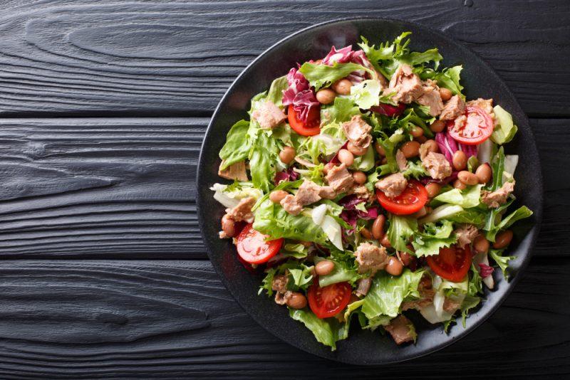 Салат с консервированным тунцом и овощами фото