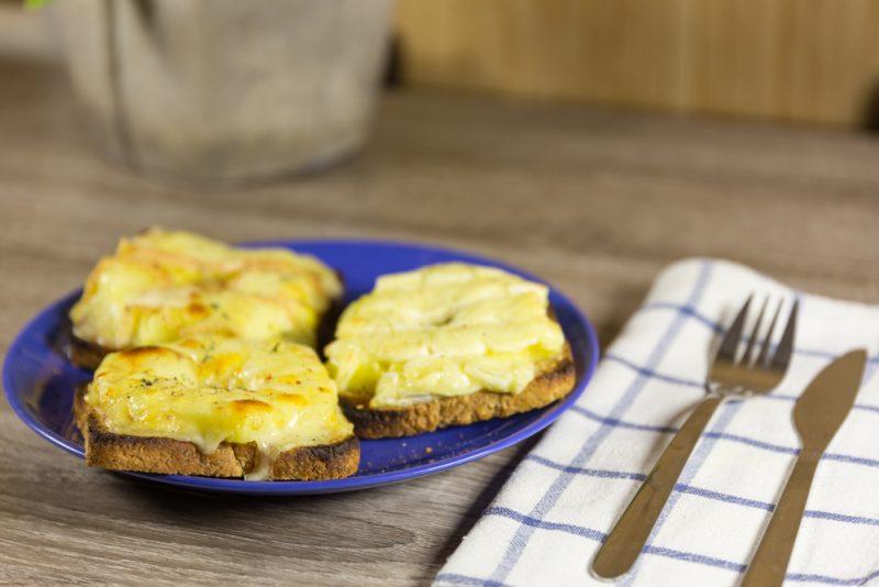Фото бутерброд со шпротами
