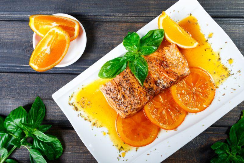 Запечёная семга в апельсиновом соусе: фото