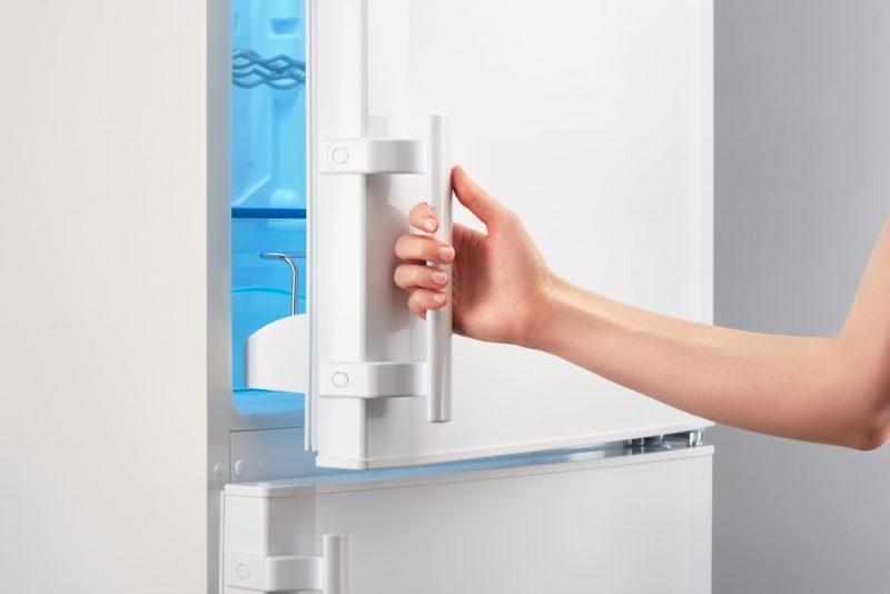 Приоткрытый холодильник