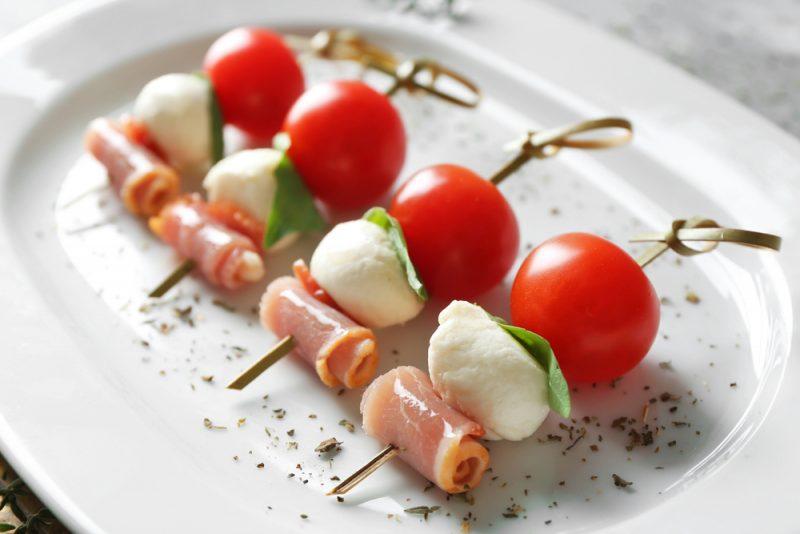 Канапе с ветчиной, сыром и томатом: фото