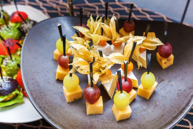 Канапе с сыром и виноградом: фото