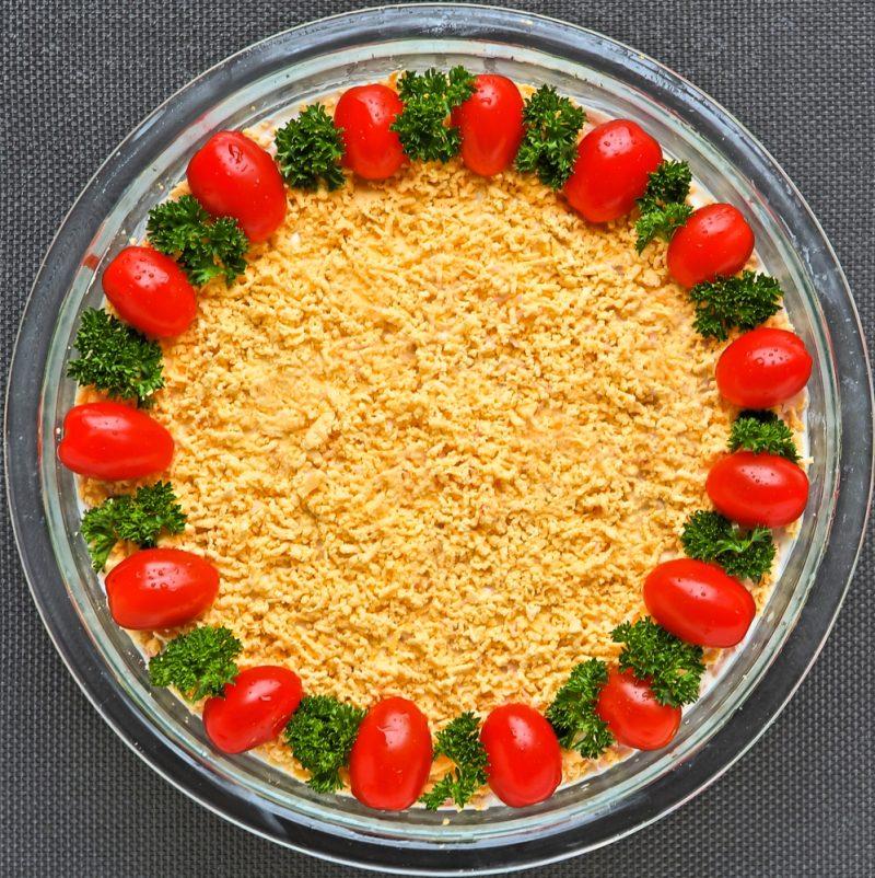 Слоёный салат украшен черри
