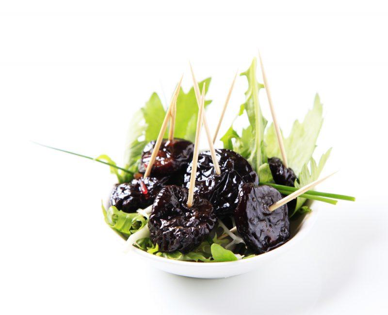 Чернослив с листиками салата на зубочистках