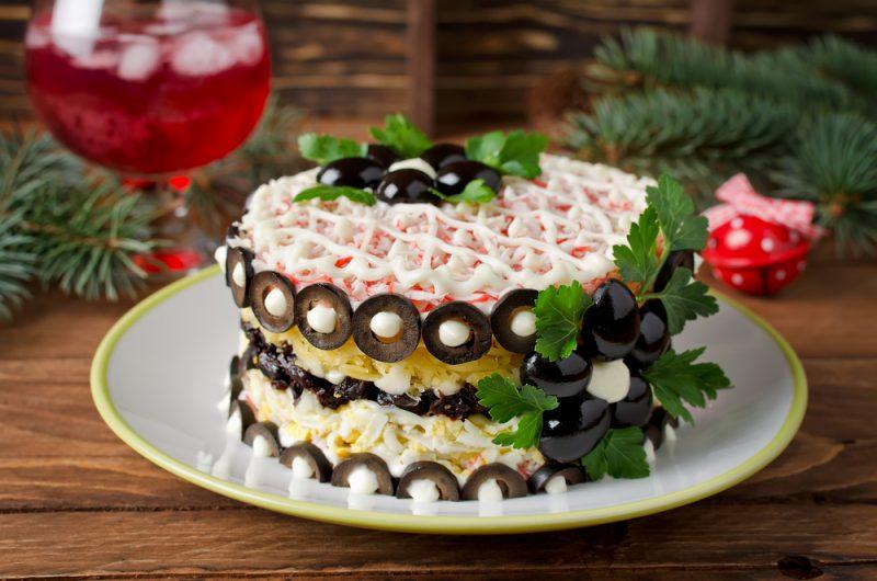 Салат с черносливом и маринованными грибами: фото