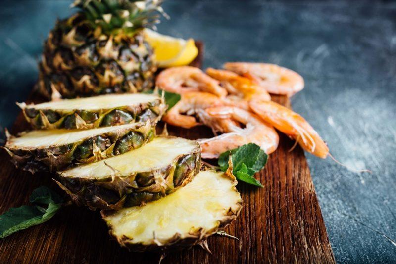 Салат с креветками и ананасами: фото