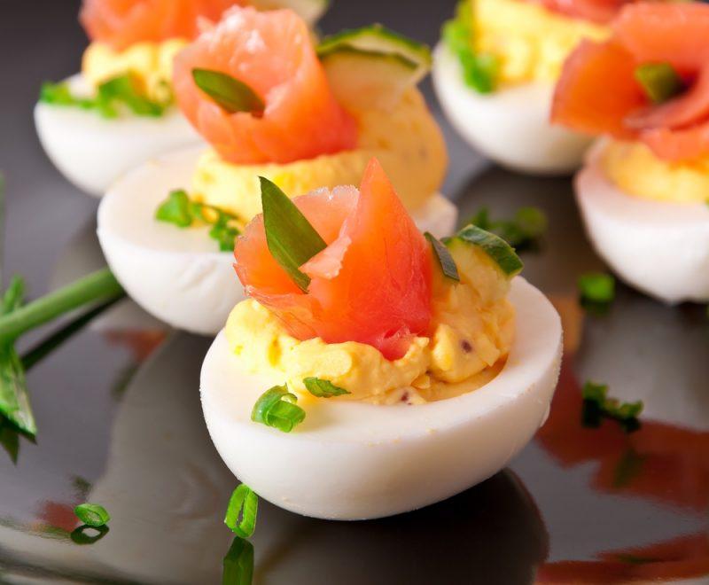 Яйца фаршированные семгой: фото
