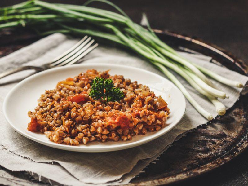 Сытная гречка с яйцом и помидором: рецепт