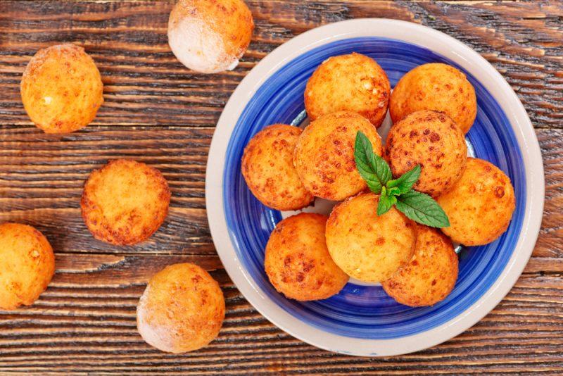 Сырные шарики с чесноком во фритюре - рецепт пошаговый с фото