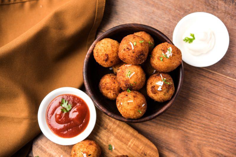 Сырные шарики, обжаренные во фритюре: рецепт