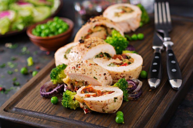 Рулет из курицы с помидорами и сыром: фото