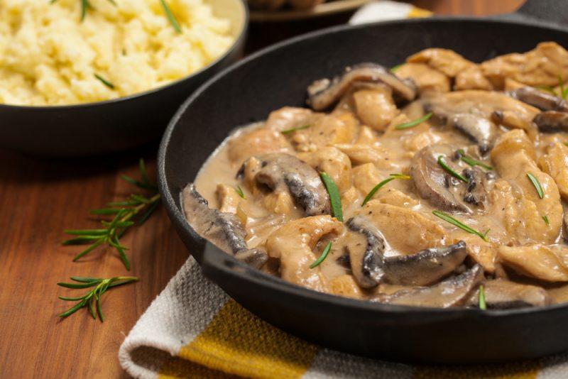 Филе курицы с грибами в сливочном соусе на вине
