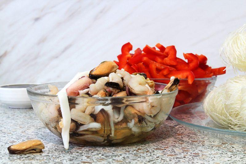 Фунчоза с мидиями и перчиком: рецепт