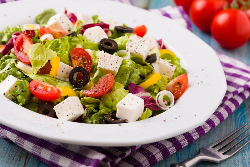 Простой греческий салат с оригинальной заправкой