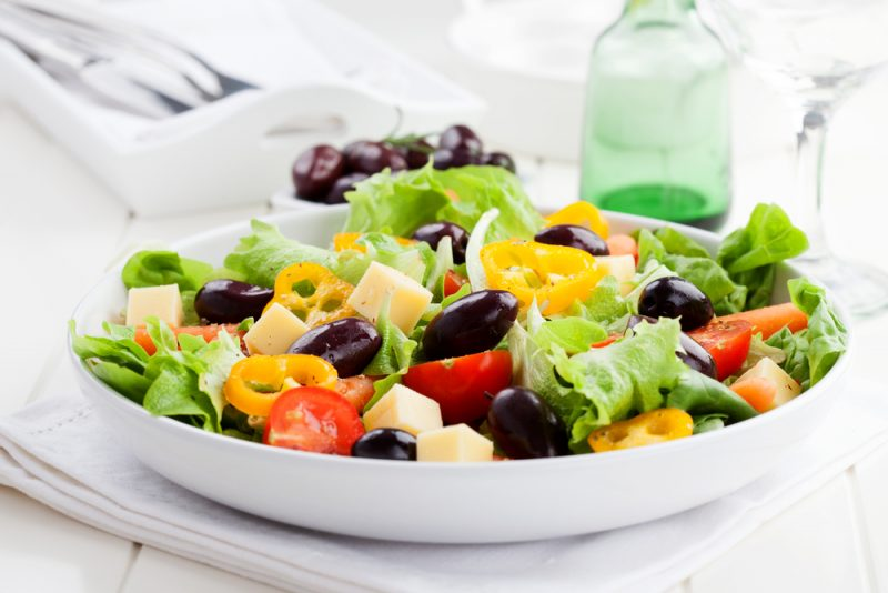 Пикантный греческий салат с цуккини