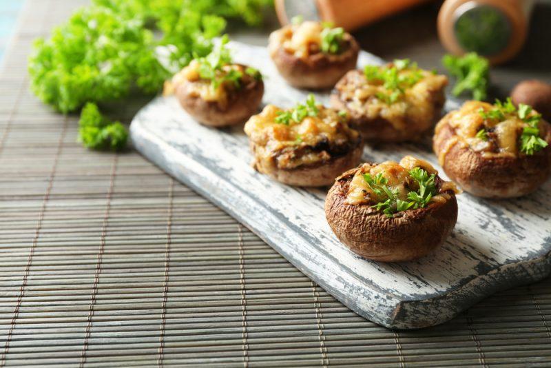 Фаршированные грибы с начинкой из фарша: фото