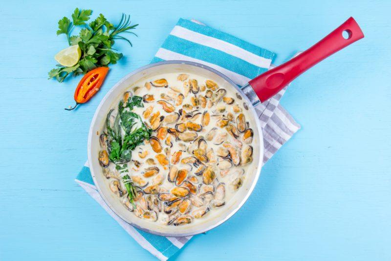 Мидии в сливочном соусе на сковороде