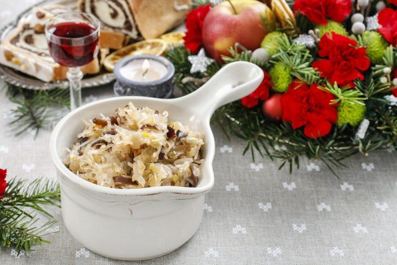 """Салат """"Рождественский"""" с маринованными грибами: фото"""