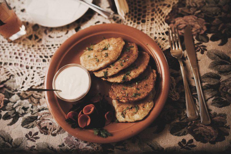 Картофельные драники с грибами: рецепт с фото