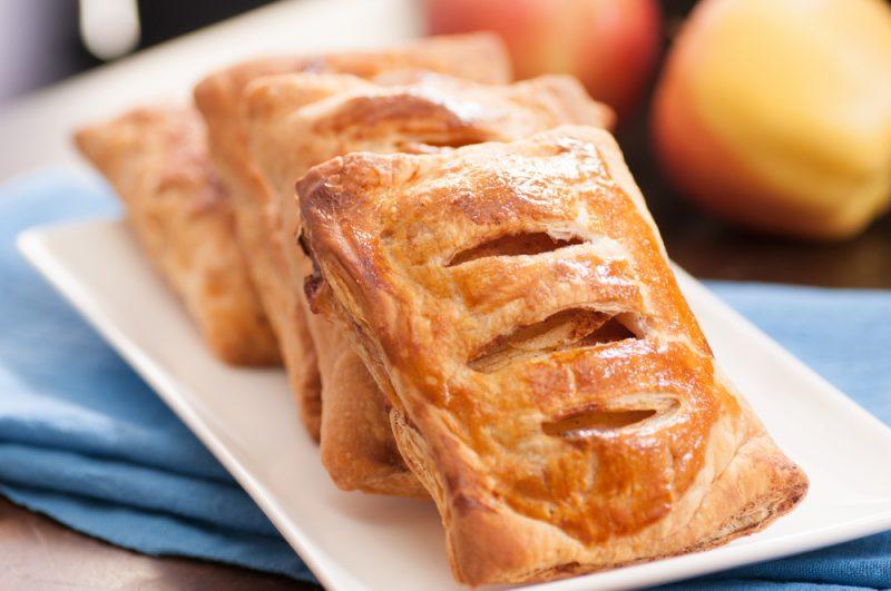 Слоеная выпечка с яблочной начинкой