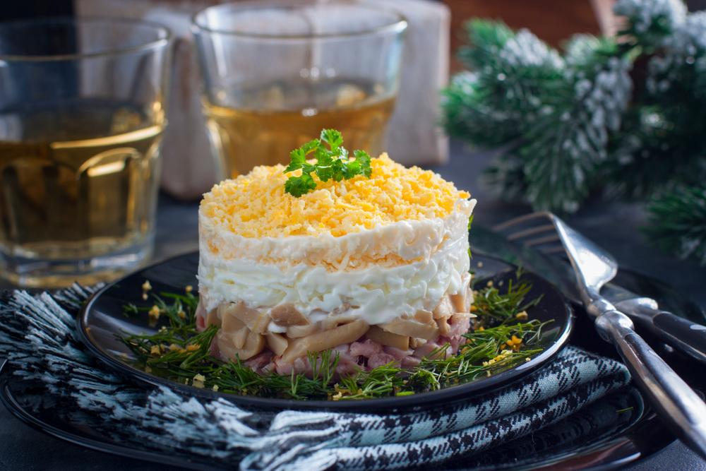 Слоённый салат с ветчиной: рецепт с фото