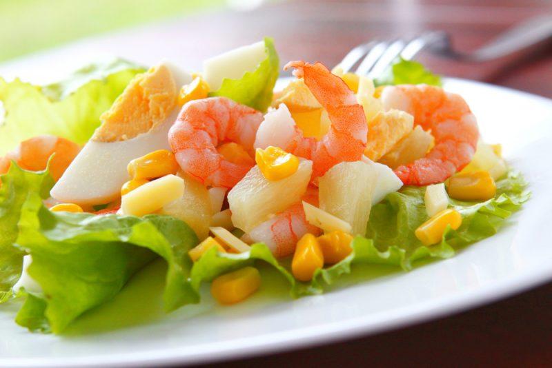 Салат с креветками и ананасами: пошаговый рецепт