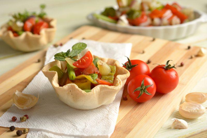 Тарталетки с вялеными томатами: фото