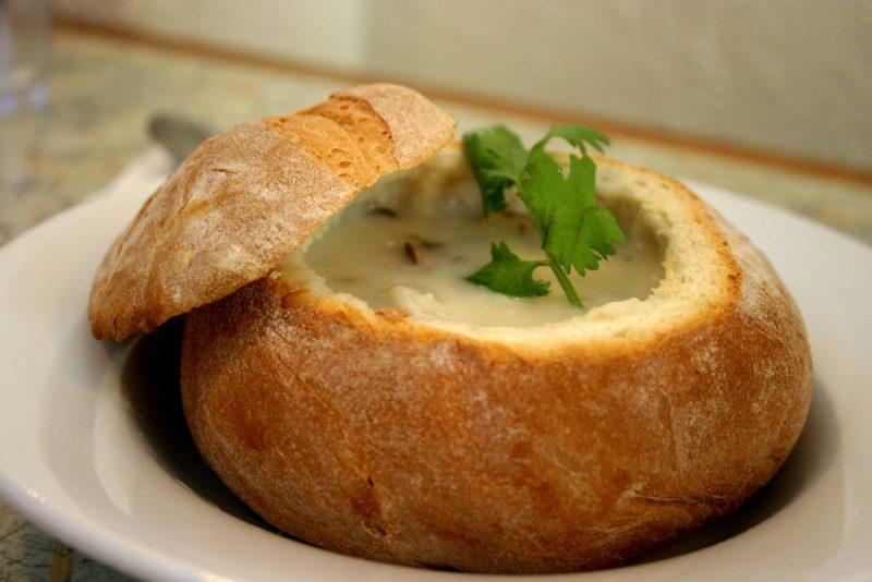 Подача супа Чаудер в булочке: фото