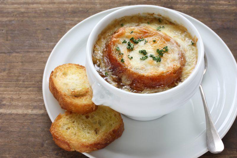 Рецепты приготовления лукового супа: фото