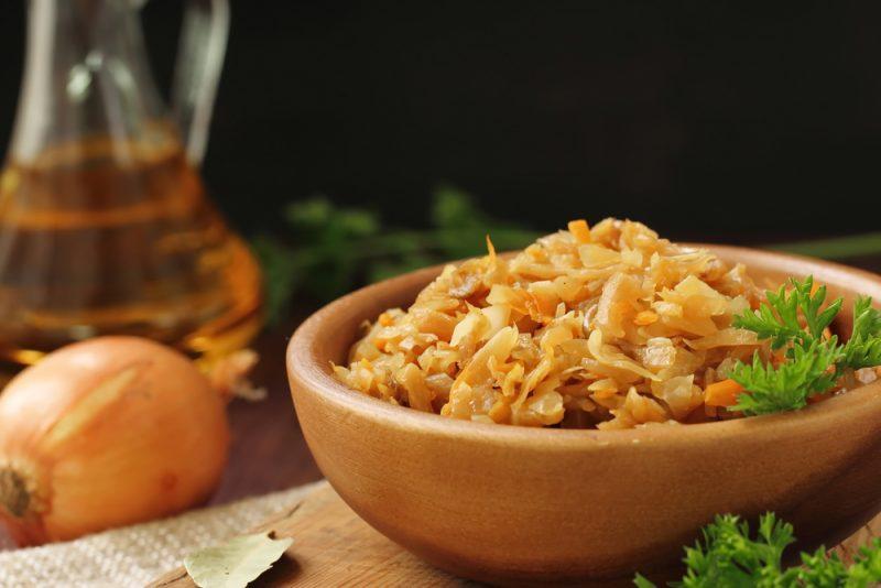 Тушеная капуста с чесночком: рецепт