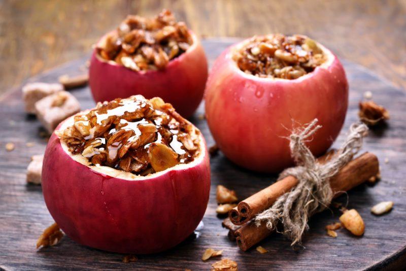 Запеченные яблоки с мёдом и орехами