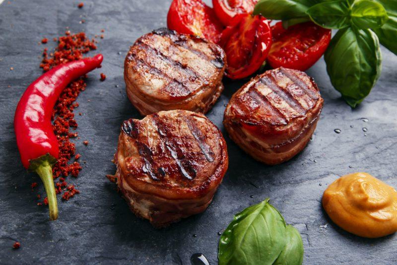 Медальоны из свинины на сковороде: рецепт