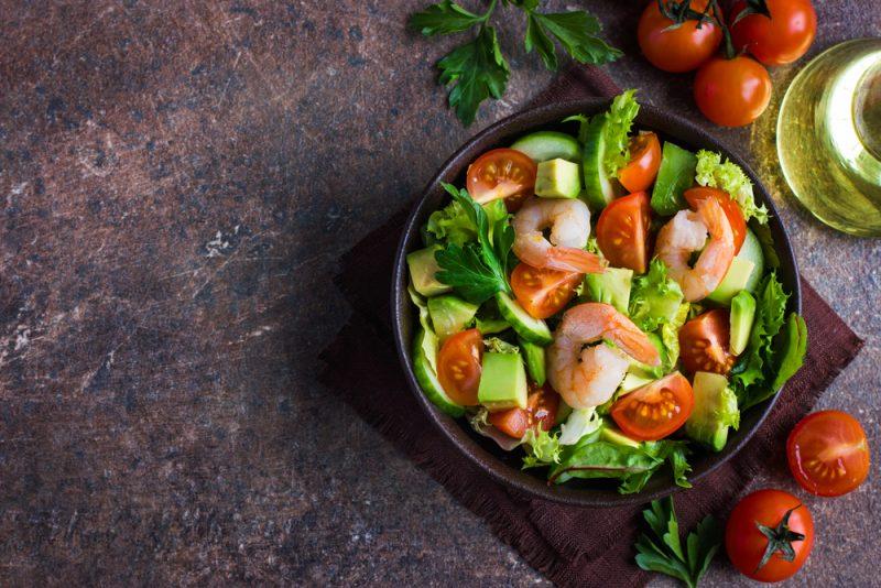 Свежий салат из авокадо с креветками: рецепт