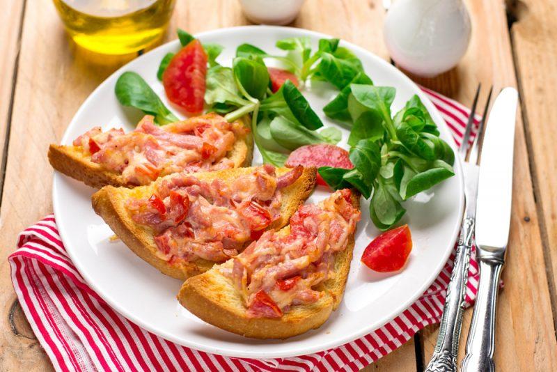 Горячие бутерброды под сыром: рецепт
