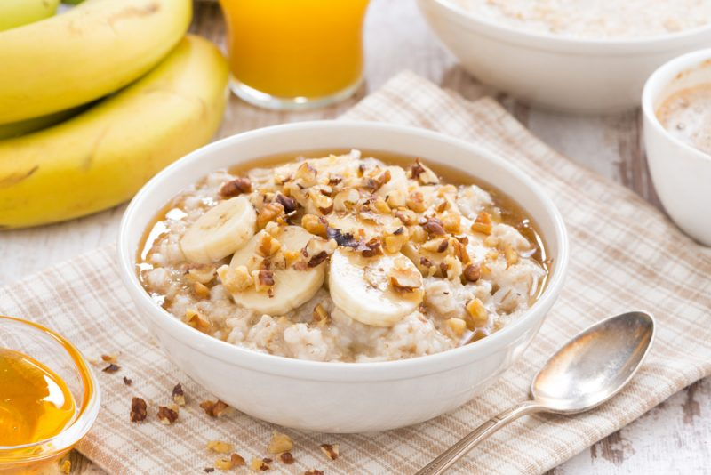 Лучший завтрак: овсянка с орехами и бананом