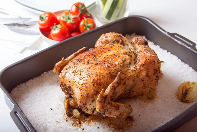 Курица на соли в духовке: рецепт с лимоном