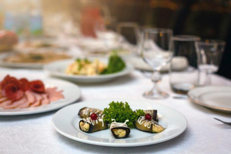 Рулетики из баклажанов с творожным сыром: фото