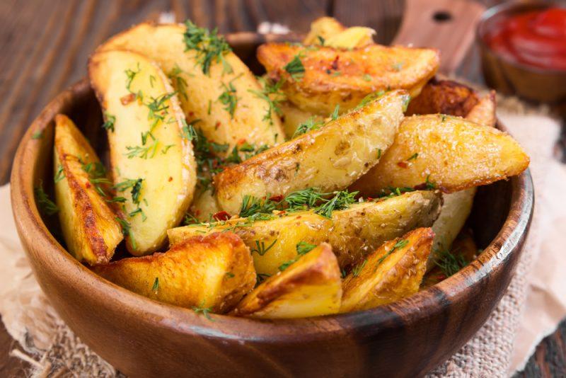 Картофельные дольки, запеченные с пряностями