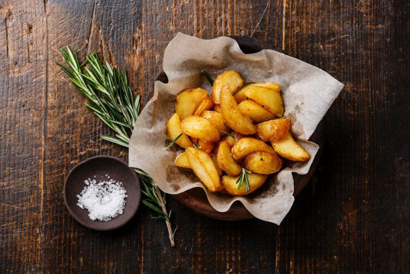 Ароматная картошка по-деревенски в духовке: рецепт с фото