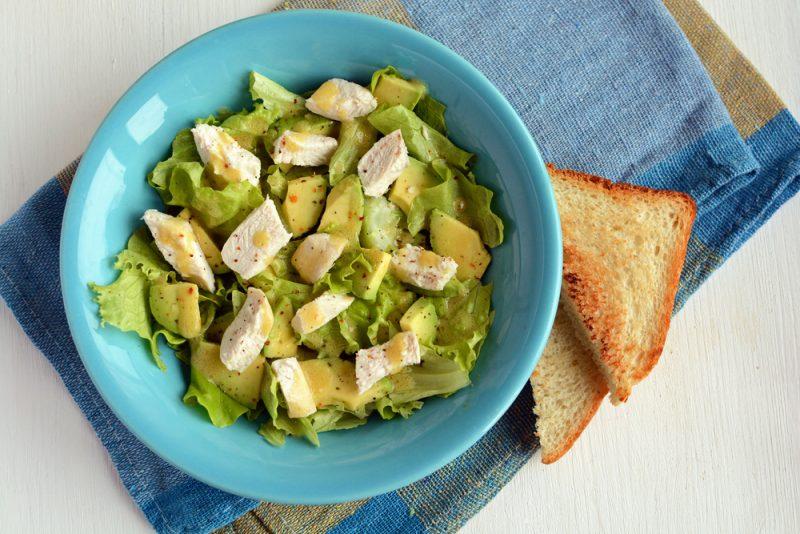 Освежающий салат из курицы и авокадо