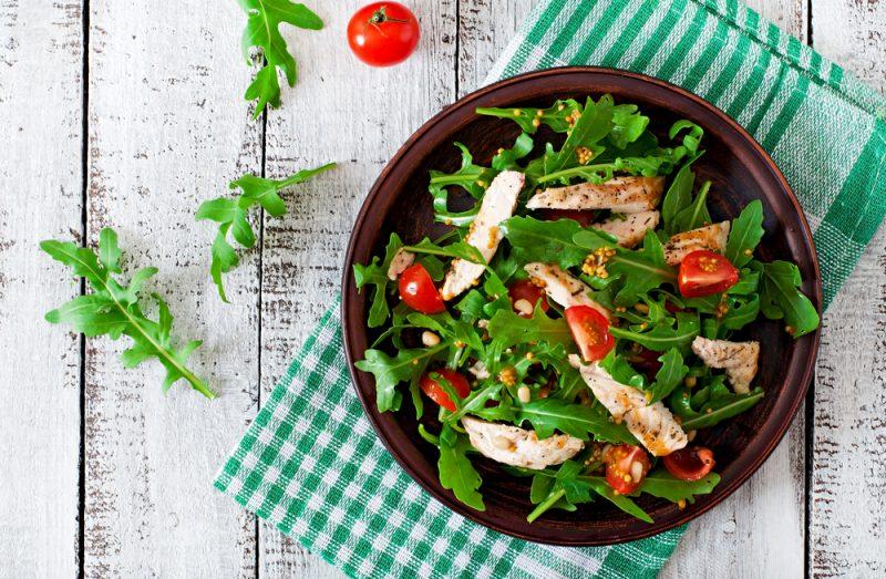 Вкусные и сытные салаты с курицей