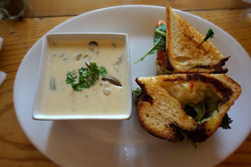 Грибной суп с курицей и плавленым сырком